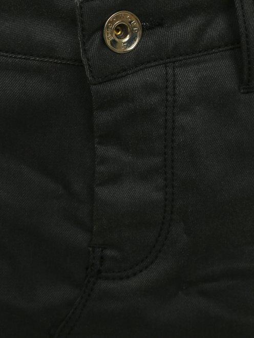 Юбка-мини из денима с потертостями - Деталь